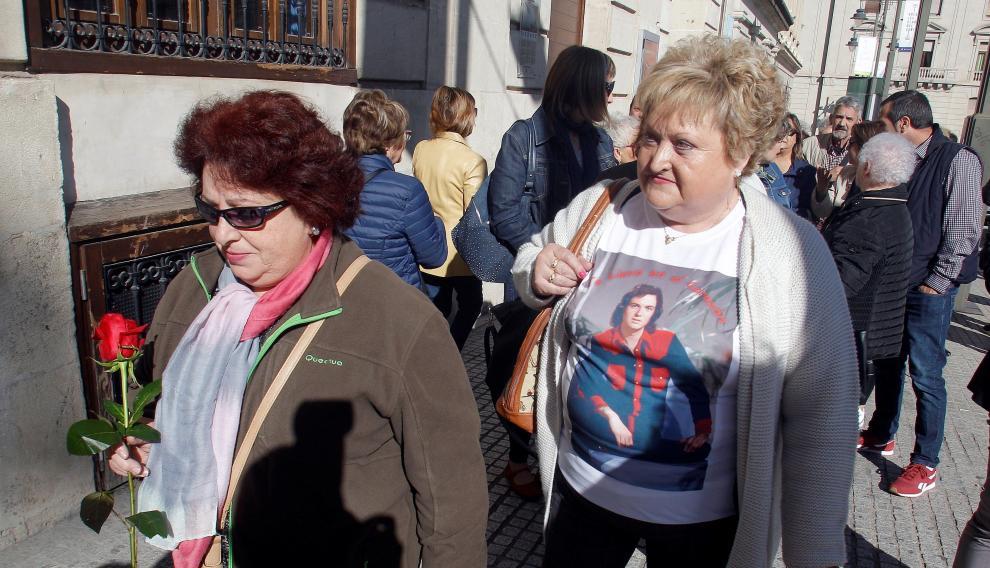 Cientos de admiradores de Camilo Sesto han acudido a la capilla ardiente.