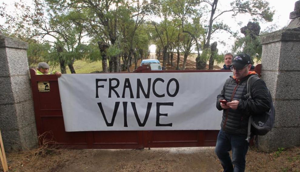 """Una pancarca con la frase: """"Franco vive"""", frente a la puerta del Valle de los Caídos ante la exhumación de Franco"""