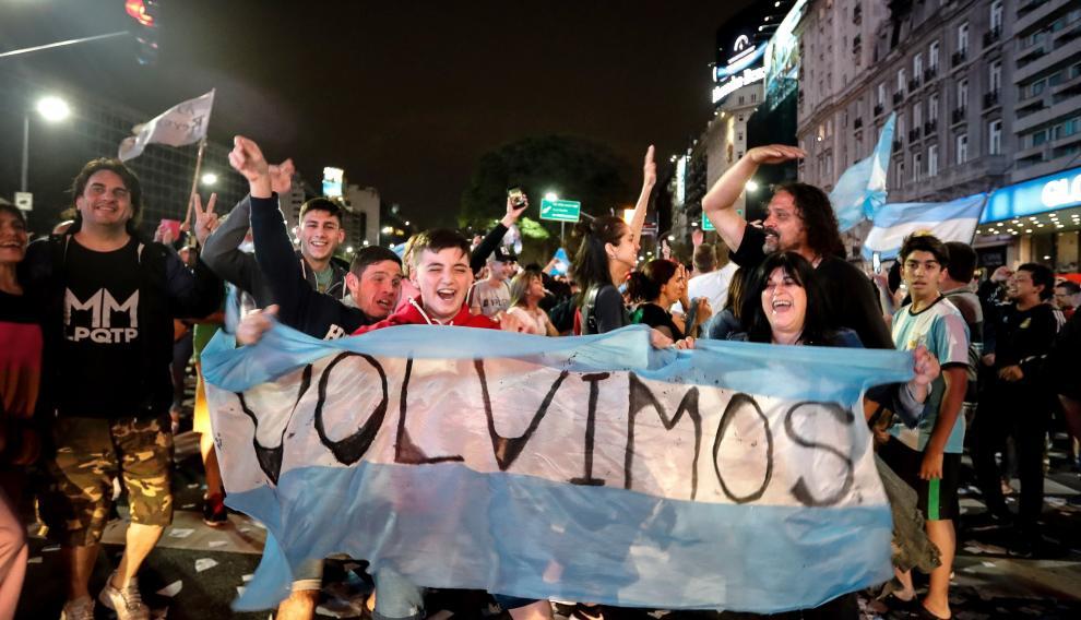 Simpatizantes de los Fernández celebran en las calles la victoria del candidato peronista en Argentina.