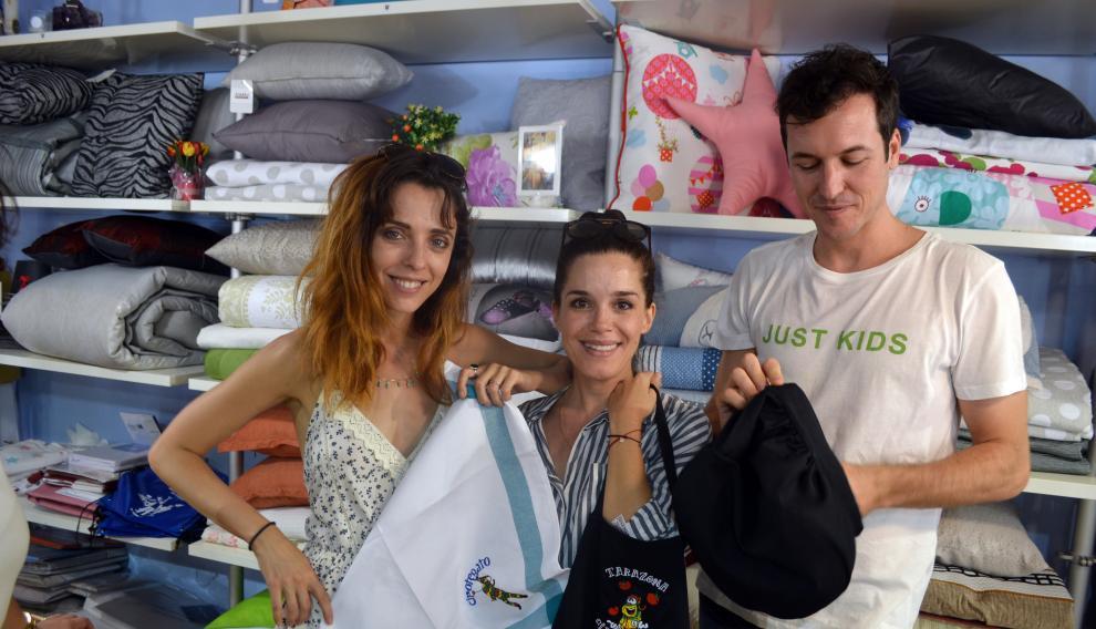 Leticia Dolera, a la izquierda, con Nuria Gago y Jorge Suquet, comprando en tiendas de Tarazona.