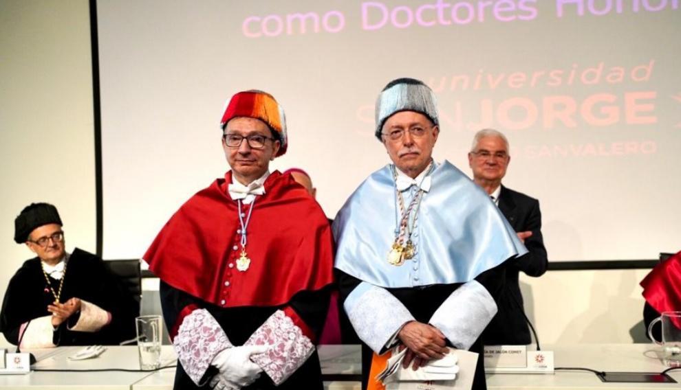 En la imagen, Guillermo Fatás (d), tras recibir el premio.