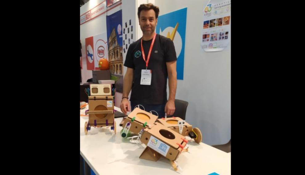 Robots de cartón apadrinados por la Unesco.