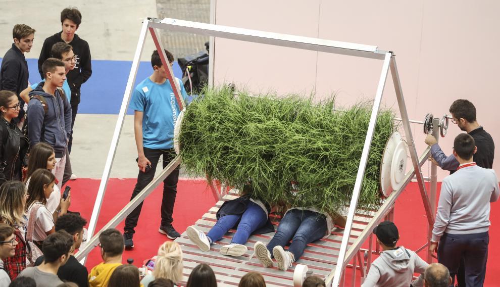 El rodillo Grass Roller, forrado de hierba, proponía a los visitantes de la Maker Faire de Roma conectarse con la naturaleza