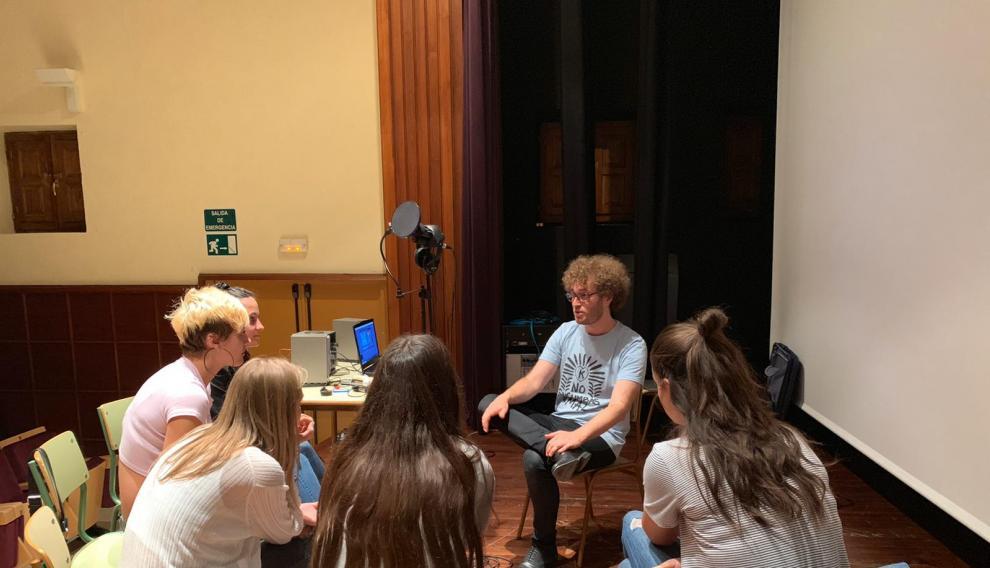 Pablo Villafranca trabajando con las estudiantes de Bachiller con las que ha compuesto 'Andaluz del Pirineo'