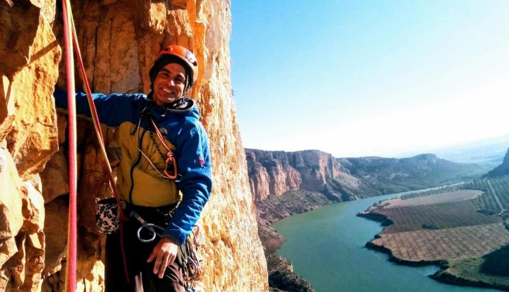 El montañero fallecido, Fernando Sánchez Grassa, durante una escalada en Mezalocha.