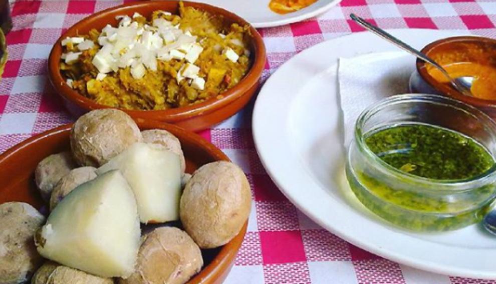 El escaldón de gofio y las papas arrugadas son dos de los platos más típicos de la gastronomía de Gran Canarias