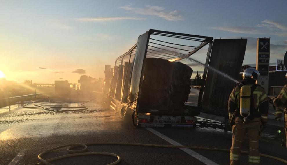 El incendio del tráiler en la A-2, en Zaragoza, ha quedado extinguido pasadas las 8.15.