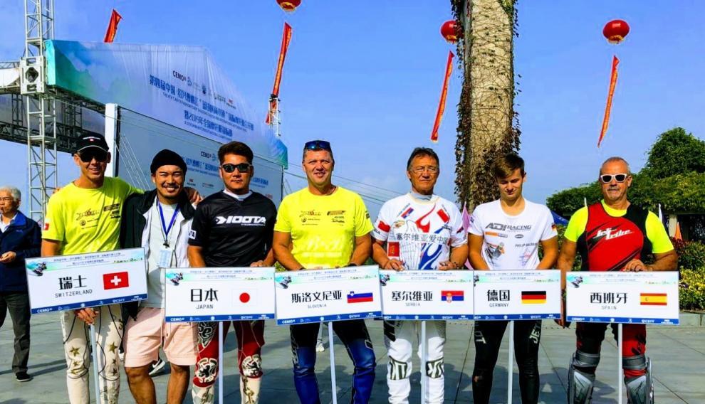 Juan Aloguín, con otros pilotos participantes en el Gran Premio de Shaoxing