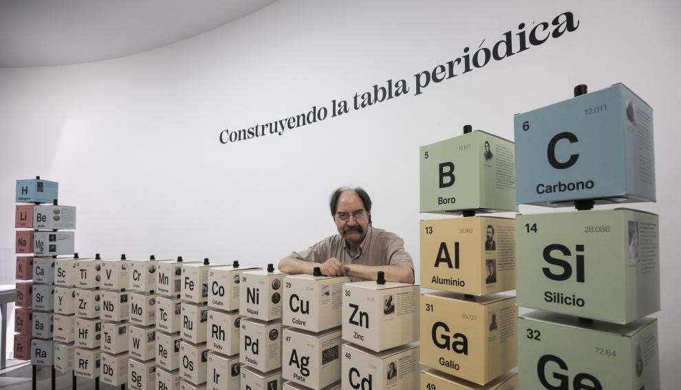 La exposición 'Construyendo la tabla periódica', comisariada por Miguel Calvo, puede visitarse en el Paraninfo de la Universidad de Zaragoza hasta enero.