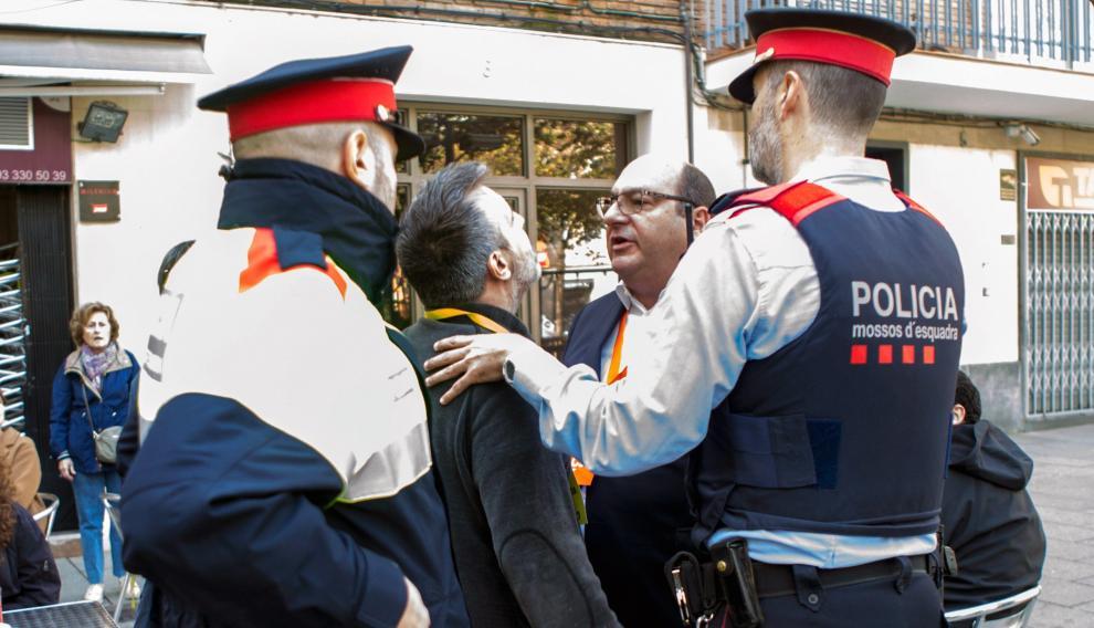 Los apoderados de JxCat y Cs discuten después de que Inés Arrimadas fuera increpada en la Escuela Ausiàs March de Barcelona