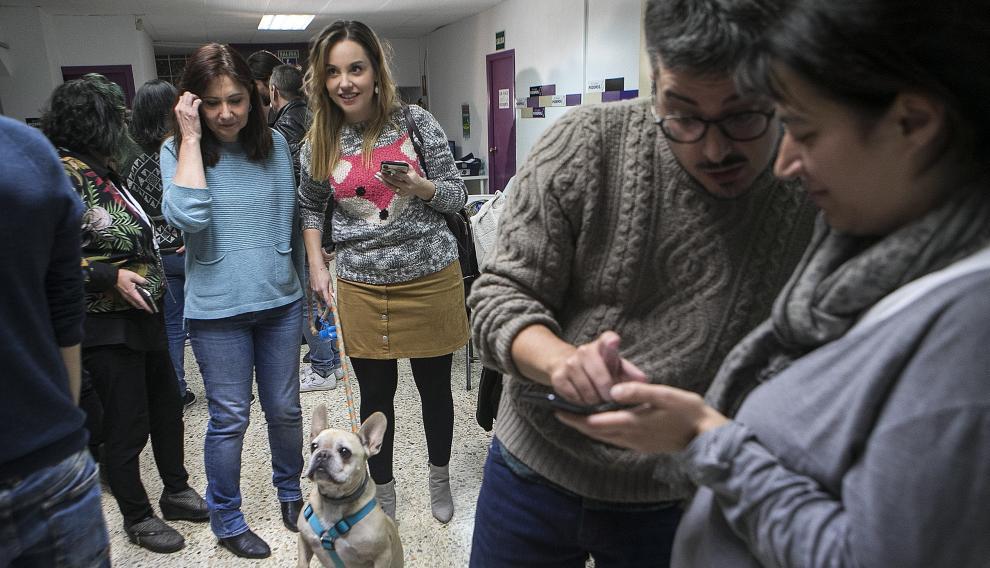 La consejera de Unidas Podemos, Maru Díaz, con su perro, junto a la candidata al Senado, Yolanda Sancho.