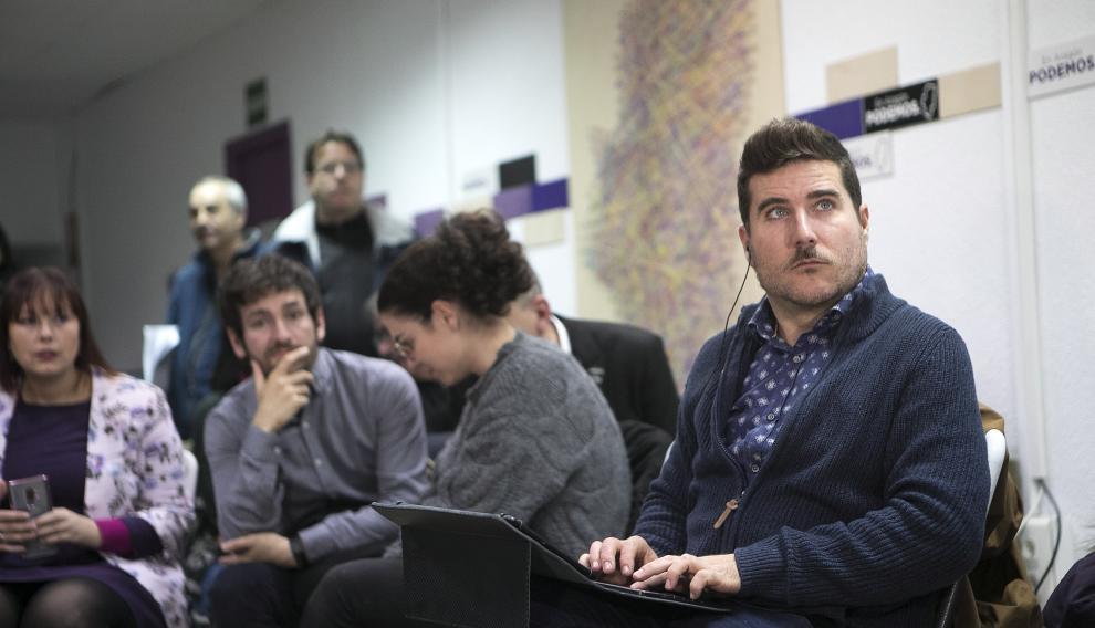 Nacho Escartín, secretario general de Unidas Podemos, atento a las declaraciones del líder Pablo Iglesias.