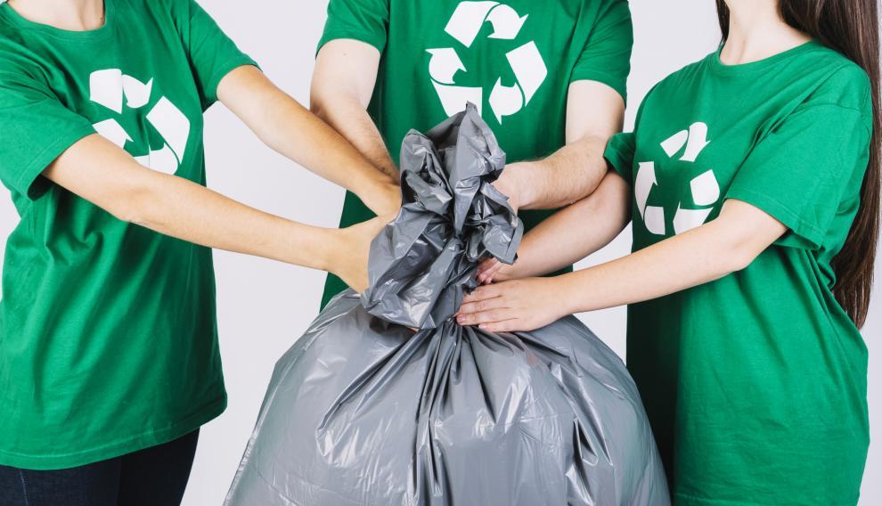 En el contenedor virtual de cada colegio, se irían depositando ideas, acciones, de alumnos, docentes y familias para la reutilización o reciclaje de los residuos plásticos.
