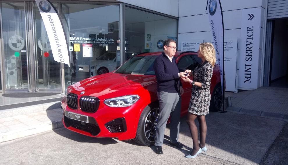 Entrega de llaves para la prueba del BMW X4 M Competition a un cliente en la 'BMW M Dream Week'
