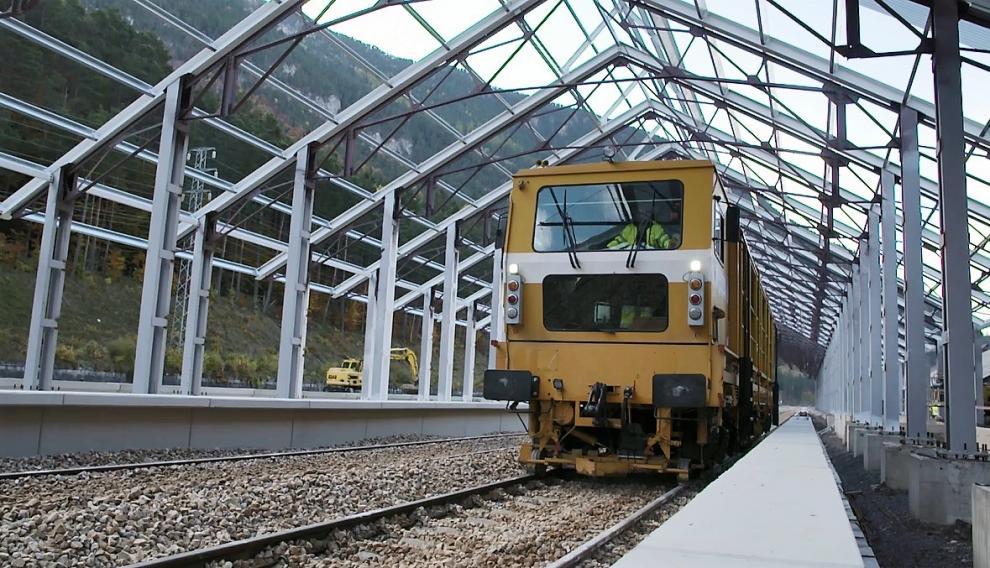 Una locomotora prueba las nuevas vías de la estación de Canfranc