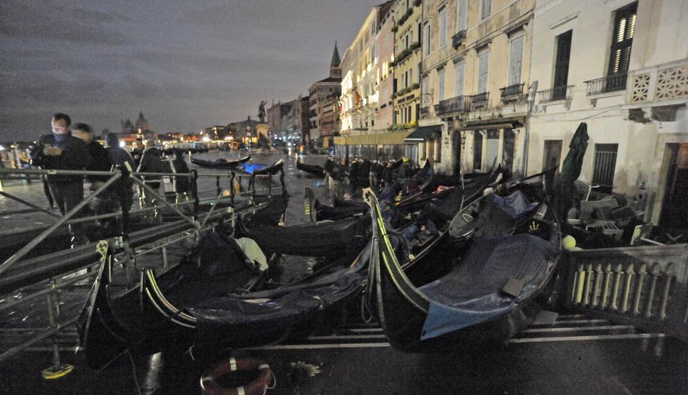 Venice (Italy), 12/11/2019.- General view of the extreme floodwaters) in Venice, Italy, 12 November 2019. The high tide has already reached the level of 1,87 meter above sea level. (Italia, Niza, Venecia) EFE/EPA/ANDREA MEROLA BEST QUALITY AVAILABLE Flooding in Venice