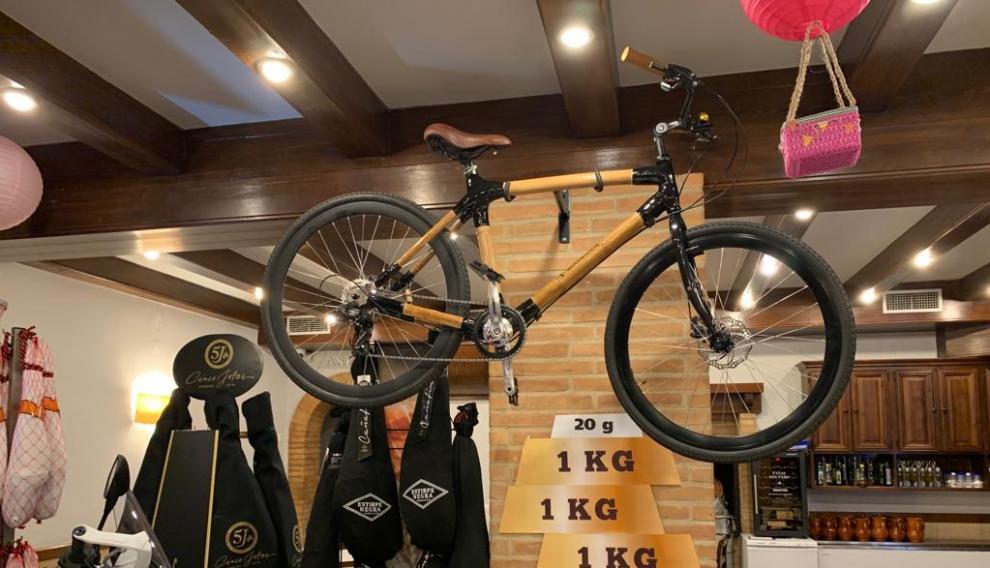 La bicicleta de madera de Bambú elaborada por una empresa de Zaragoza con motivo de la famosa cesta navideña de Calamocha.