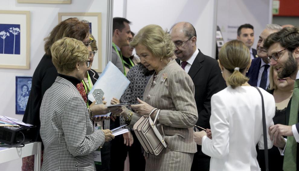 Doña Sofía con Mari Carmen Javierre y Carmen Pilar Bosque en el 'stand de Alzhéimer Aragón.