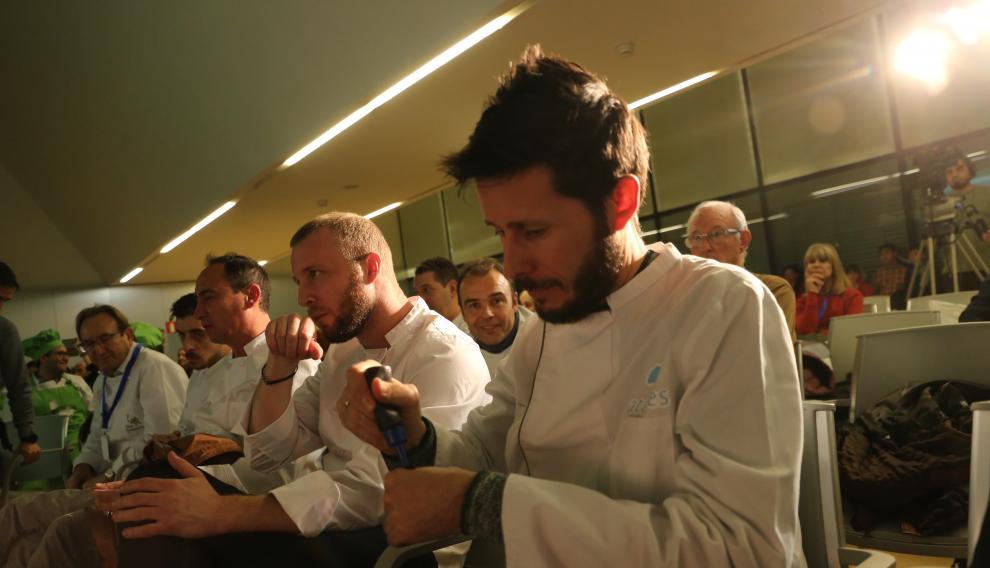 El chef Manolito prueba uno de los platos.