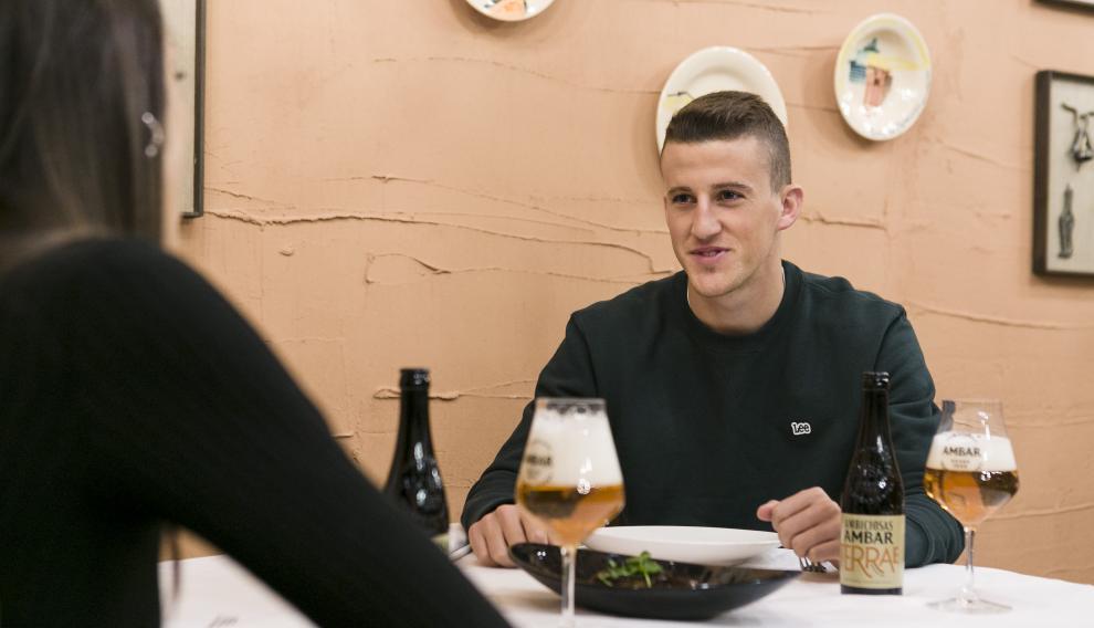 El lateral izquierdo del Real Zaragoza Carlos Nieto, disfrutando del menú del restaurante Parrilla de Albarracín.