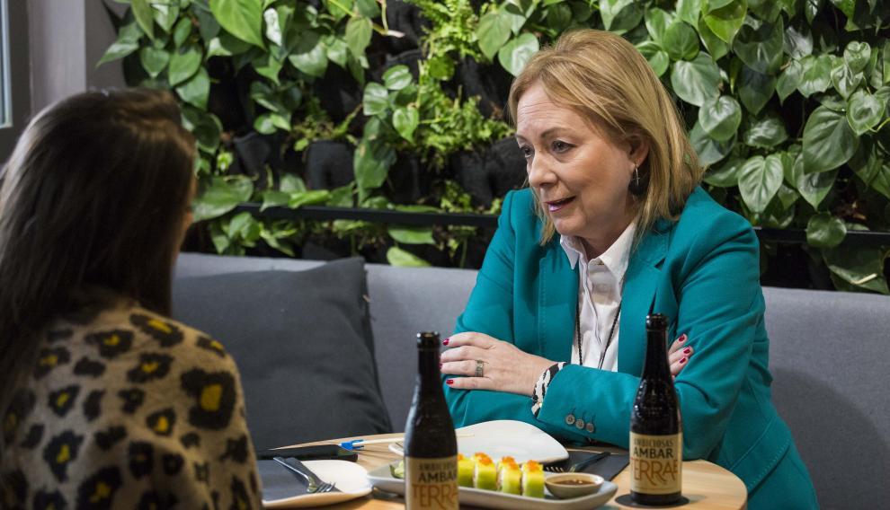María Jesús Lorente, presidenta de Arame, disfrutando de la propuesta de Ginger Fizz Bar para el certamen Tenedores Cerveceros.