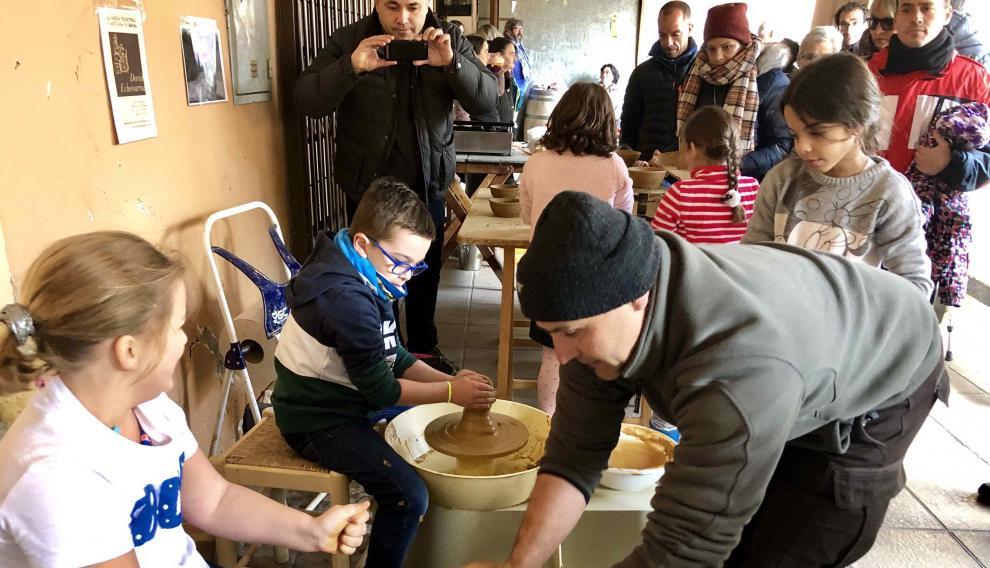 Los más pequeños han aprendido el arte de la cerámica.