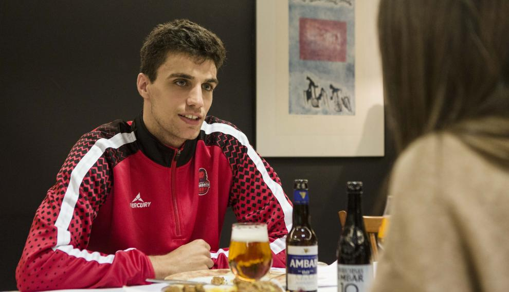 El joven base Carlos Alocén, tras un entrenamiento con el Basket Zaragoza, en el restaurante Mas Torres, en la capital aragonesa.