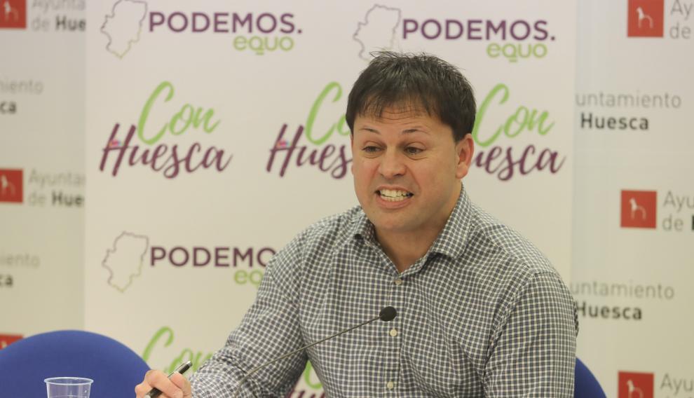 Óscar Sipán, concejal de Con Huesca, durante la presentación de la propuesta de ecofunerales