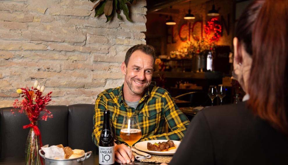 Rubén Martínez, en el restaurante El Ciclón, cerca de la plaza del Pilar y con una Ambar con la que celebrar sus estrenos.
