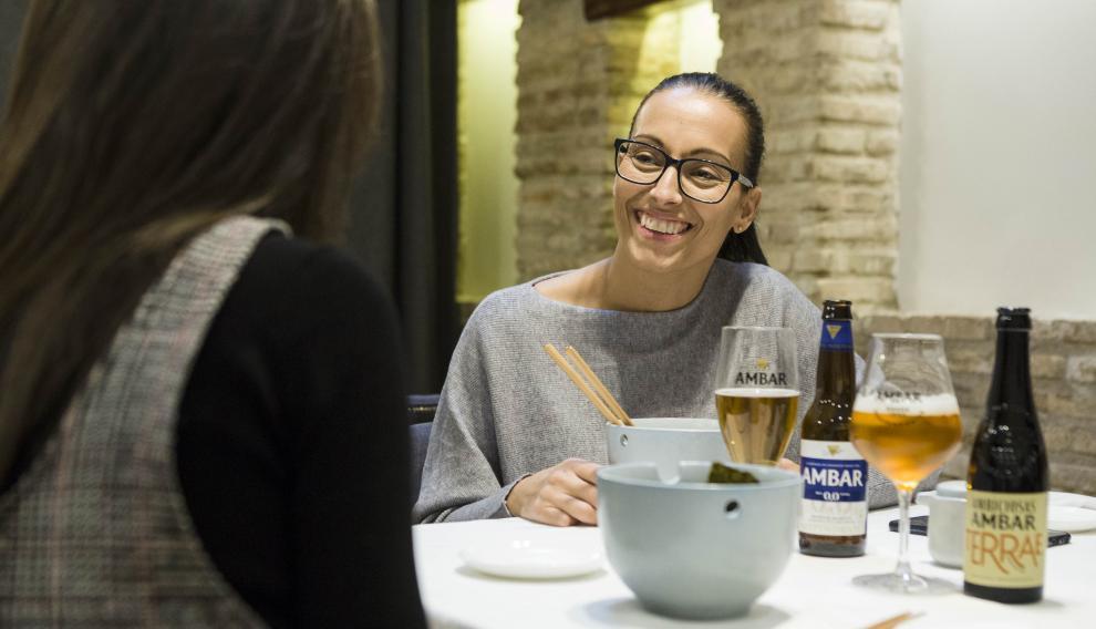 La deportista Teresa Perales, probando la propuesta de Zoca Restaurante para el certamen Tenedores Cerveceros de Ambar.