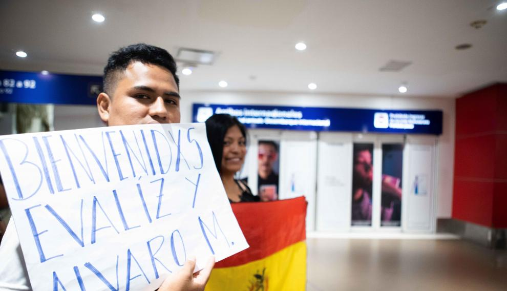 Ciudadanos bolivianos y argentinos aguardaban la llegada el sábado al aeropuerto de Buenos Aires de los hijos de Evo Morales.