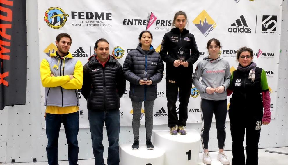 Laura Pellicer recibe el trofeo por su segundo puesto en la Copa de España de Escalada