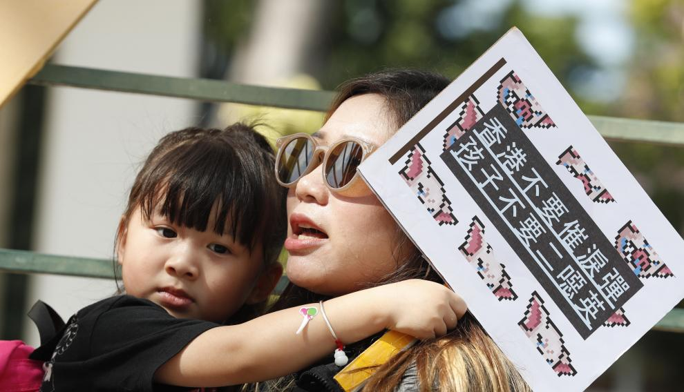 Hong Kong (China), 23/11/2019.- Protesters hold placards during the Stop Killing Our Kids anti-chemical weapon march in Hong Kong, China, 23 November 2019. Hong Kong is in its sixth month of mass protests, which were originally triggered by a now withdrawn extradition bill, and have since turned into a wider pro-democracy movement. (Protestas) EFE/EPA/JEON HEON-KYUN Anti-chemical weapon march in Hong Kong