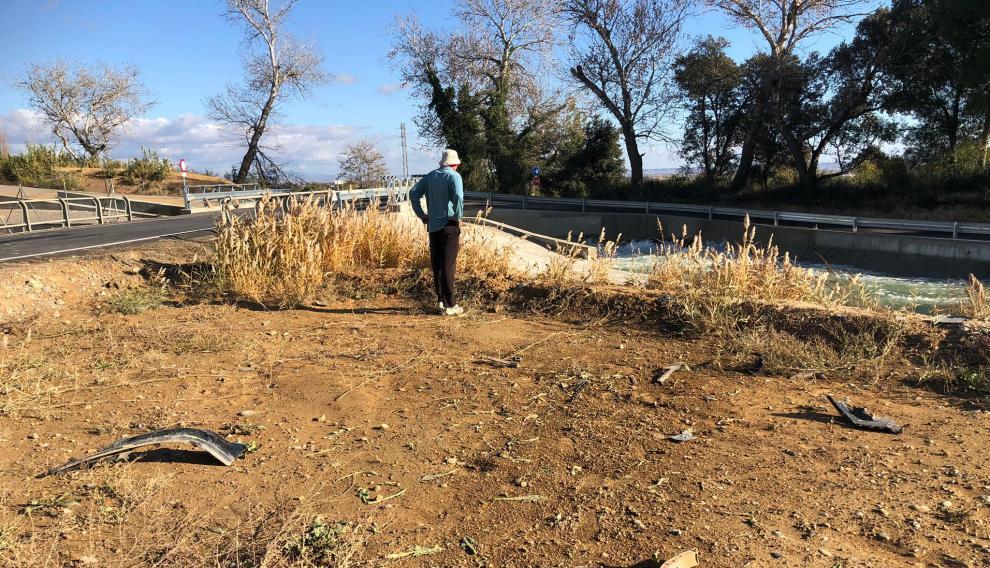 El coche se salió de la carretera y recorrió unos metros de tierra hasta caer al canal.