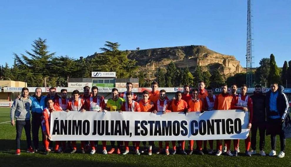 Pancarta que mostraron el pasado fin de semana los jugadores del Atlético Monzón de apoyo a su presidente