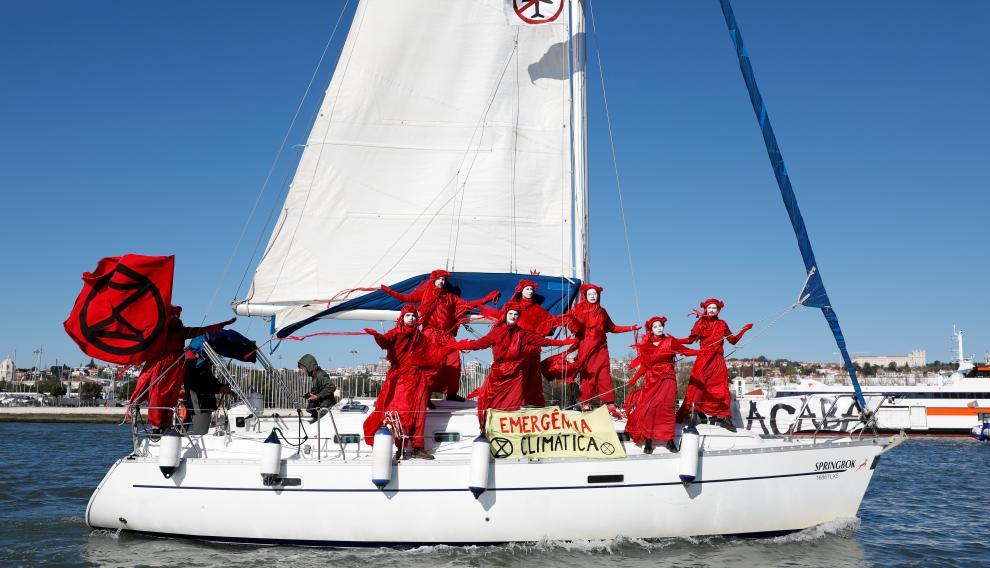 Unos activistas medioambientales reciben a Greta Thunberg a su llegada a Lisboa.