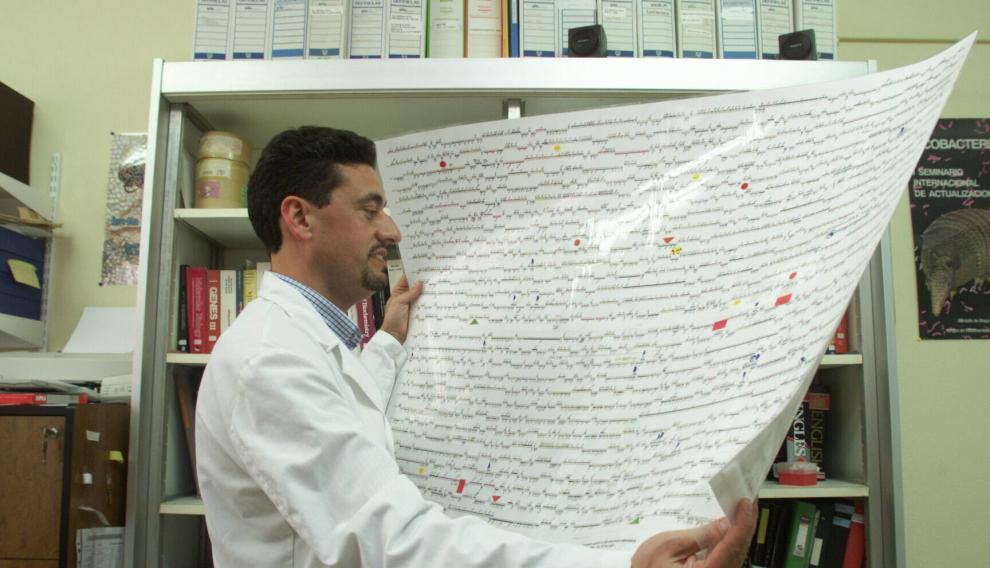 Carlos Martín, descifrando genomas en una imagen tomada en el año 2000.