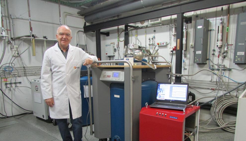 Conrado Rillo, junto al recuperador de helio.