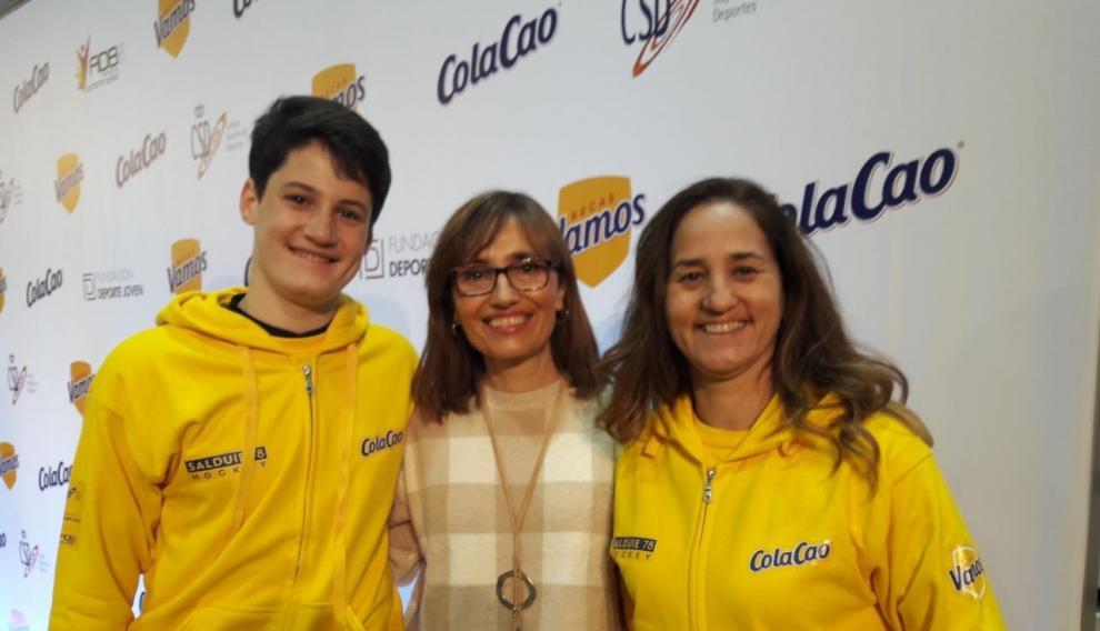 Moisés Cantín junto con su madre Domi Pobo y una jugadora del equipo de Las Pilaricas