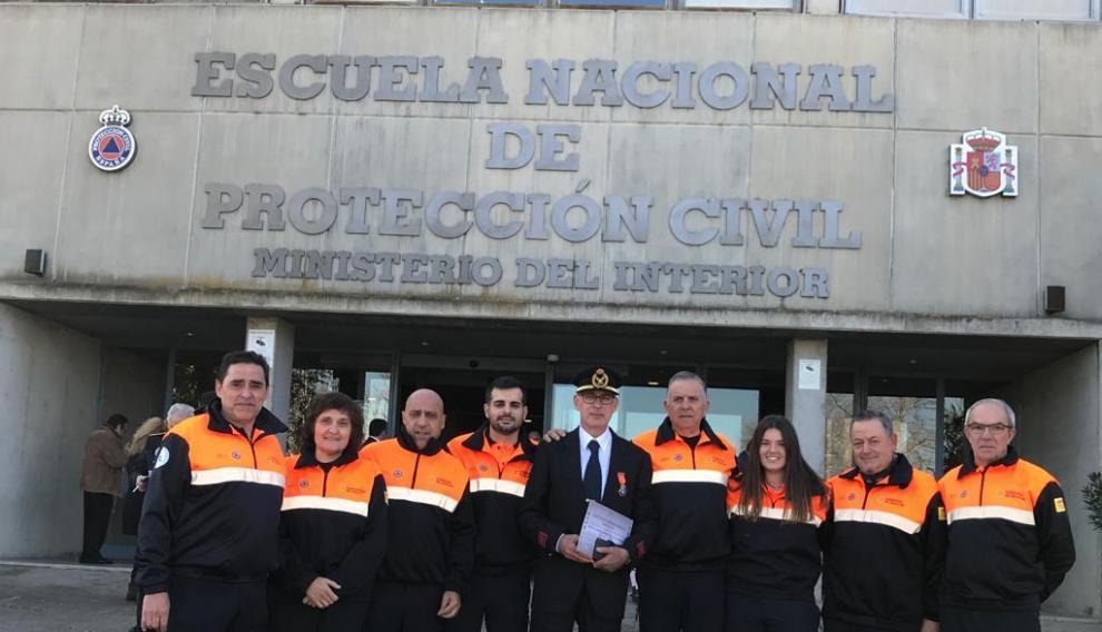 Bernardo Hernández con los voluntarios de Protección Civil del Somontano.