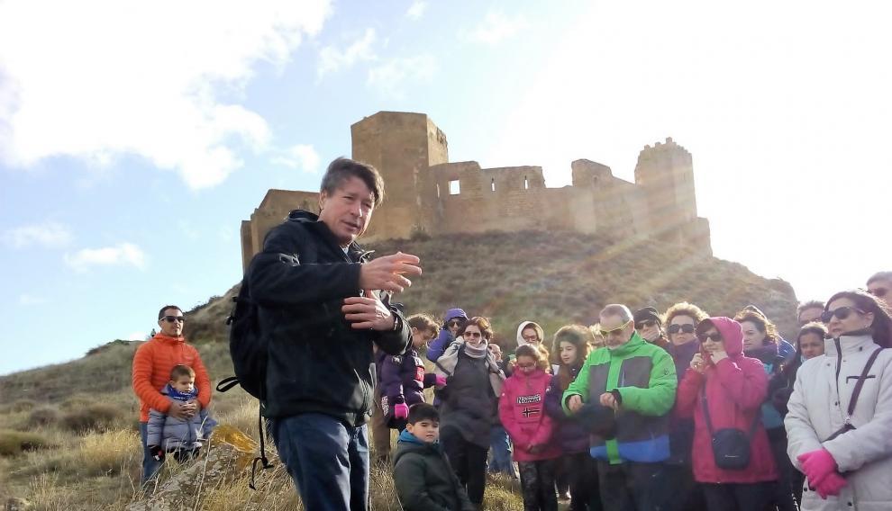 Antonio Turmo durante una de las visitas guiadas al castillo de Montearagón este puente
