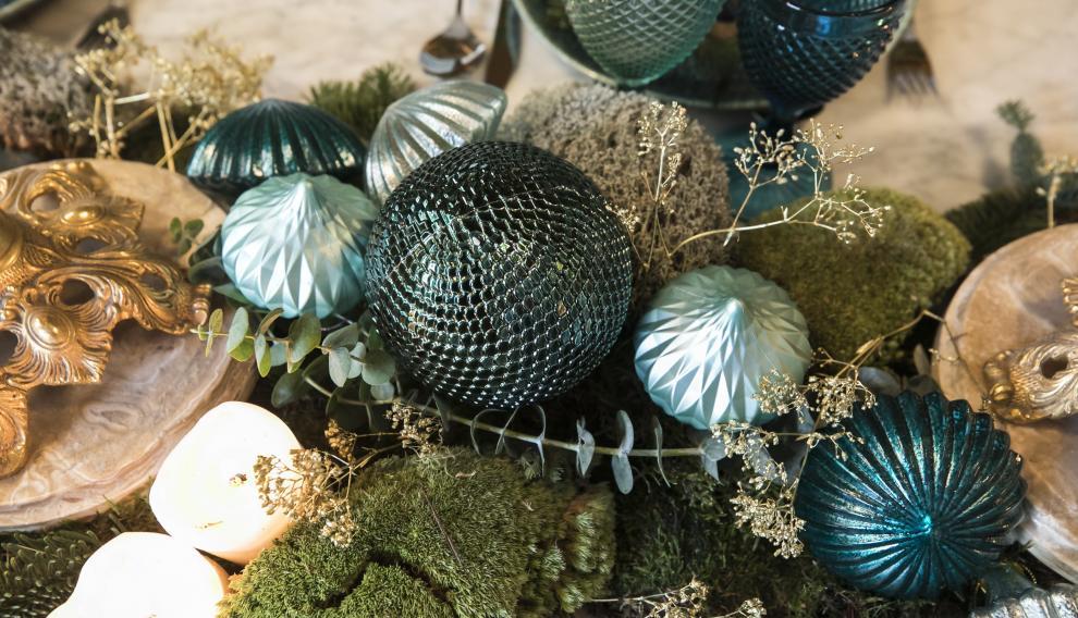Las bolas y las velas dan el aspecto navideño a la mesa.