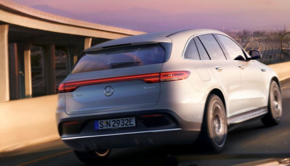 Tiene dos motores eléctricos en el eje delantero y en el eje trasero con una potencia total de 300 kW.