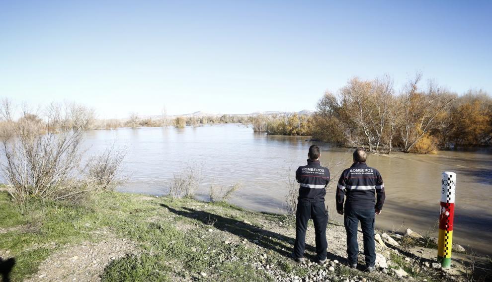 El máximo de la crecida del río Ebro a consecuencia de las últimas lluvias ya ha alcanzado la localidad de Novillas (Zaragoza) y se espera que en la primera mitad de la jornada del lunes alcance la capital aragonesa con un caudal entre 1.500 y 1.700 metros cúbicos/segundo, de carácter ordinario.
