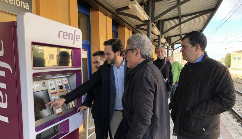 El director general de Transportes de la DGA y el alcalde de Monzón, este lunes, en la estación de Monzón.