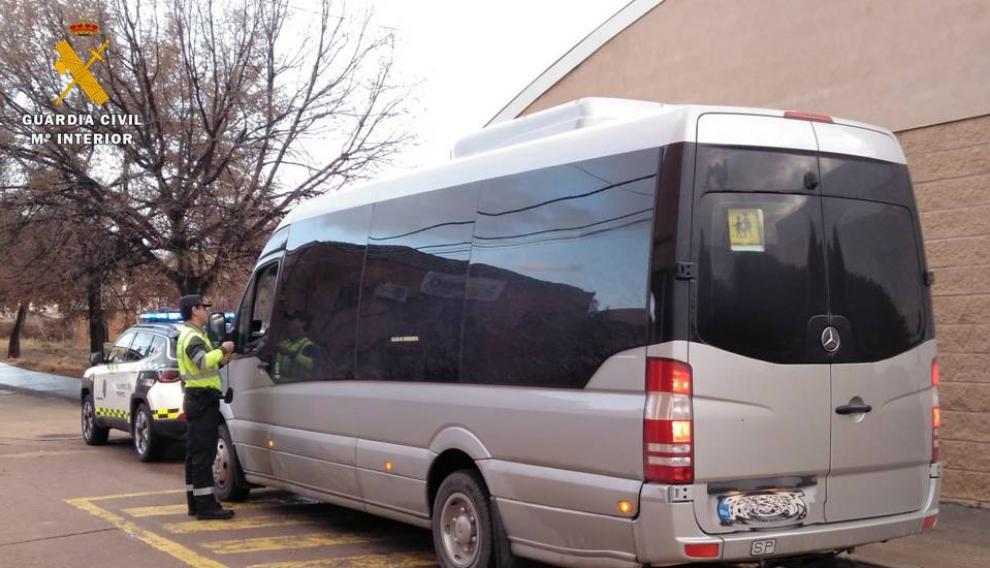Uno de los autobuses escolares inspeccionados por la Guardia Civil en esta campaña.
