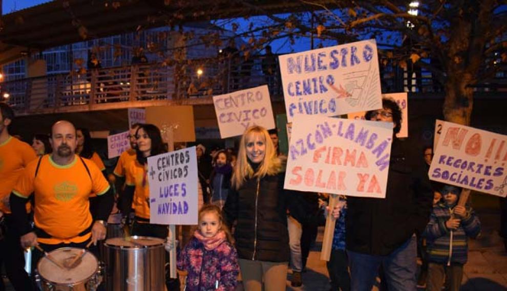 Los asistentes a la batucada llevaban pancartas.