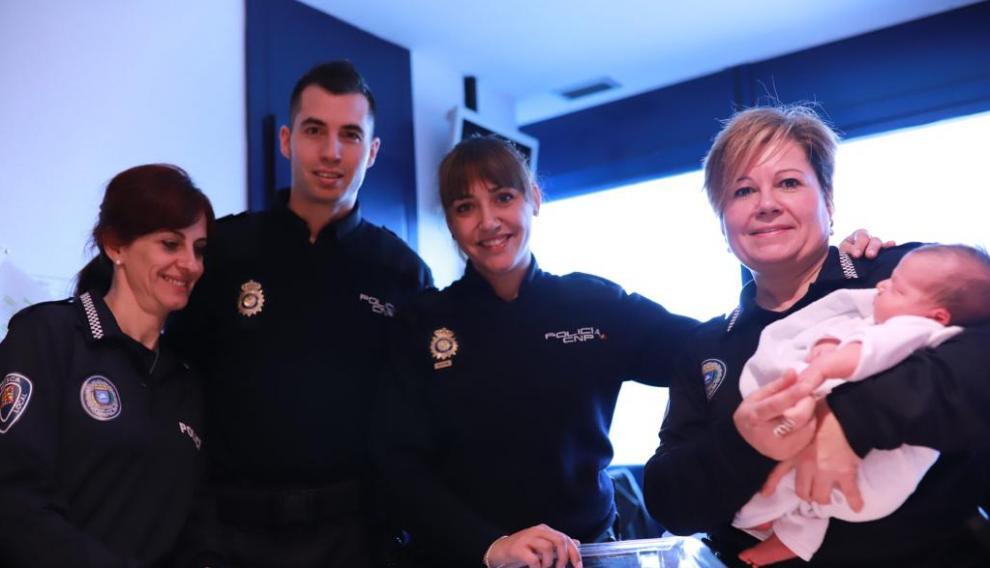 Policías de Huesca con un bebé en el hospital.