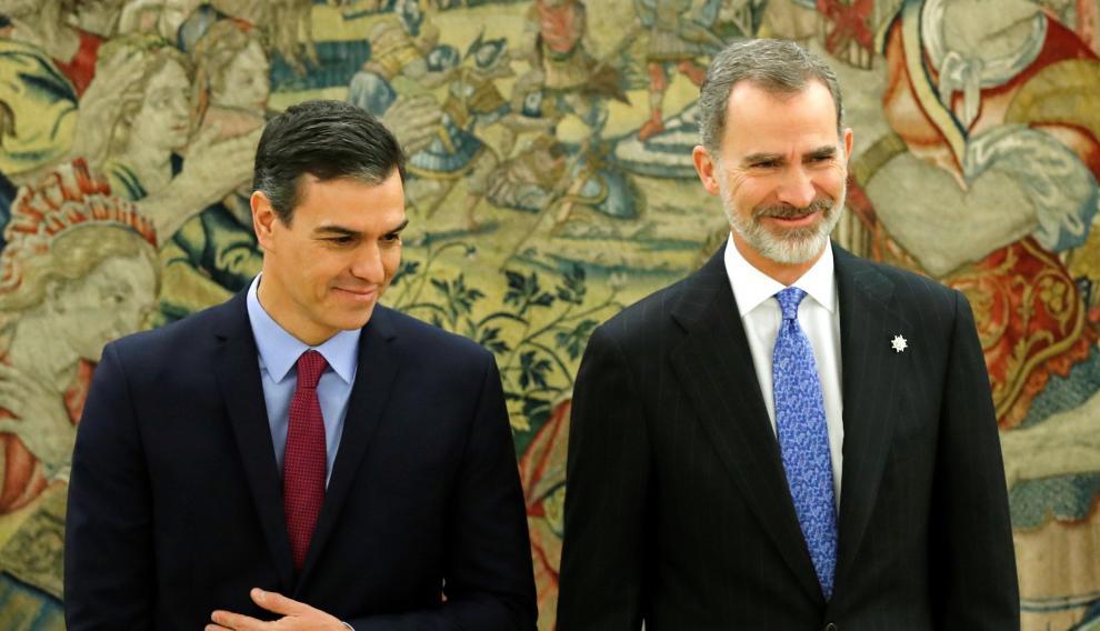 Un momento del encuentro entre Pedro Sánchez y el rey Felipe VI tras prometer el cargo de presidente este miércoles.