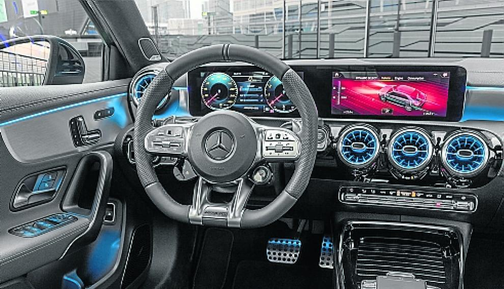 Mercedes-AMG A 35 4MATIC Limousine, denimblau;Kraftstoffverbrauch kombiniert 7,3-7,2 l/100 km; CO2-Emissionen kombiniert 167-164 g/km*Mercedes-AMG A 35 4MATIC Saloon, denim blue;Combined fuel consumption 7.3-7.2 l/100 km; combined CO2 emissions 167-164 g/km* 19C0171_070